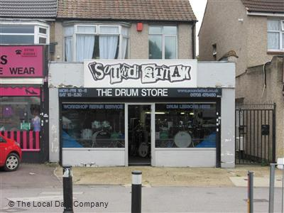 HORNCHURCH PROMINENT SHOP PREMISES TO LET
